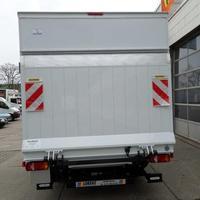 Fahrzeug mit Kofferaufbau aufgebaut